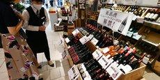 Si la région bénéficie d'une réputation liée à ses produits du terroir comme les vins (photo : une boutique à Tokyo vendant du Beaujolais nouveau), elle est aussi la première région industrielle de France en terme de poids dans l'emploi (à égalité avec les Pays de la Loire), même si elle est assez loin en nombre d'emplois industriels. En 2018, la région comptait près de 1,1 million d'emplois. L'industrie représente 16 % des emplois.