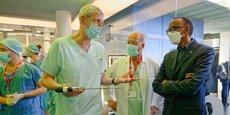 Paul Kagame (à droite), président du Rwanda et Jacques Marescaux (au centre), président de l'Ircad, visitent le bloc opératoire de l'institut de formation de chirurgiens à Strasbourg, le 19 mai 2021.