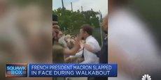 Lors d'un déplacement dans la Drôme à Tain-l'Hermitage, le 9 juin 2021, Macron s'avançant prestement à la rencontre du public a été giflé par un individu au premier rang (capture d'écran issue du JT de CNBC via Reuters).