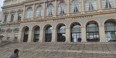 La ville de Saint-Etienne tourne la page de ses emprunts toxiques, alors même qu'elle avait été jusqu'ici l'un des symboles du risque planant sur les collectivités ayant contractés ces prêts supposés être avantageux, mais dont les taux variables indexés sur des devises étrangères en ont fait des bombes à retardement.