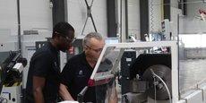 Un élève se fait la main sur un tour à commande numérique dans l'atelier de l'école de production Usin'Eure située à Evreux.