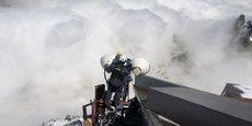 Un technicien d'Orange vérifie des paraboles de télécommunications sur l'Aiguille du Midi.