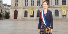 Léonore Moncond'huy devant la mairie de Poitiers