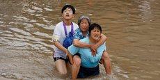 CHINE: LES SECOURS À L'OEUVRE À ZHENGZHOU APRÈS DES CRUES DÉVASTATRICES