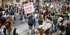 Des milliers de manifestants contre la politique sanitaire ont défilé samedi dans les rues de Paris.