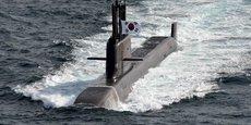 Ci-dessus, le premier sous-marin de 3.000 tonnes, baptisé Dosan Ahn Chang-ho, a été construit par le sud-coréen Daewoo Shipbuilding and Marine Engineering Co, numéro deux mondial des chantiers navals. Il est capable d'emporter six missiles mer-sol balistique stratégique (MSBS, en français) dont l'ogive peut contenir une ou plusieurs têtes nucléaires.