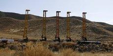 Equipement et machines excavatrices installés sur la mine de cuivre de Mes Aynak. par la compagnie chinoise China Metallurgical Group Corp (MCC) (photo prise en 2015). La concession a été attribuée pour 30 ans à MCC pour un montant de 3 milliards de dollars. Mais le site est à l'arrêt, suite à un différend entre MCC et le ministère des Mines - MCC exigerait une réduction de moitié des royalties versées au gouvernement afghan que ce dernier a refusé - et à l'insécurité sur le site.