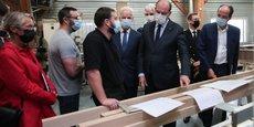Jean Castex en visite à l'Atelier Normand, un tiers lieu de production où une dizaine d'artisans travaille le bois et le métal sur un parc de machines partagé