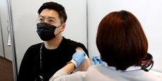 Cette décision intervient au lendemain de l'ouverture d'une enquête par le ministère japonais de la Santé après la mort de deux hommes (de 30 et 38 ans) ayant reçu des injections du vaccin Moderna provenant d'autres lots, qui présentaient des impuretés.