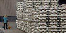 Des lingots d'aluminium stockés devant un entrepôt du London Metal Exchange (LME) dans la zone franche du port Kelang, situé sur le détroit de Malacca, près de Kuala Lumpur en Malaisie.