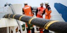 Un câble sous-marin, ici, en pleine opération de déploiement par un navire spécialisé.