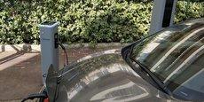 Une voiture se rechargeant sur une borne de la métropole du Grand Paris.