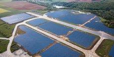 A Marville, dans la Meuse, la construction de la seconde plus grande centrale photovoltaïque de France prend fin. Installée sur les 155 hectares de l'ancienne base aérienne, abandonnée par les militaires en 2002. Cette centrale est un projet écologique et agricole. Les 360.000 panneaux solaires devraient alimenter le canton en électricité, mais elle permet également à un jeune éleveur ovin de s'y installer avec ses 600 moutons pour assurer l'entretien de la zone.