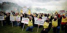 Des agriculteurs protestent le 4 mars dernier sur la Place des Invalides pour dénoncer la faiblesse de leurs revenus et la pression sur les prix pratiquée par la grande distribution.