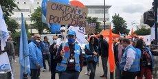 Des salariés de SFR manifestent contre le plan social de 1.700 postes, le 24 juin dernier, devant le siège du groupe, dans le XVème arrondissement de Paris.