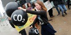 Manifestation contre le marché du carbone à Bonn lors de la tenue de la COP23.  Alors que les crédits carbone sont affichés depuis des années comme un outil permettant de réduire les émissions ou capter des gaz à effet de serre, les prix trop faibles (4,5 euros/tonne équivalent CO2 en moyenne) et les règles qui les régissent les rendent parfois incompatibles avec les Objectifs de Développement Durable, soulignent les signataires de la tribune.