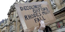 Manifestation en juin 2020 exigeant la suppression de la statue de Cecil Rhodes (1852-1903) à Oxford, considéré comme le partisan de l'impérialisme britannique en Afrique du Sud.