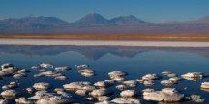 Le Salar d'Atacama, au pied des volcans Licancabur et Lascar, est le plus grand dépôt salin du Chili. Il s'étend sur une surface de 3000 km2 et bénéficie d'une visibilité exceptionnelle | © Marcel Hurni
