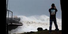 Les vagues pouvaient atteindre jusqu'à dix mètres au passage du cyclone Bejisa qui a frappé la Réunion. Plus de la moitié des foyers sont privés d'électricité.