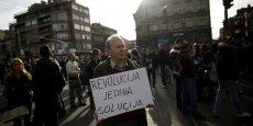 Dans les rues de Sarajevo, un manifestant brandit une pancarte : La révolution, seule solution
