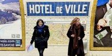Les deux candidates à la mairie de Paris attendent ensemble à la station de métro Hôtel de ville… Mais, le photomontage  ne dit pas laquelle détient le bon ticket, laquelle arrive et  laquelle ne fait que passer…/ DR