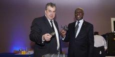 Hervé Balusson (à gauche), le PDG d'Olmix, et Charles Providence Gomis, l'ambassadeur en France de la Côte d'Ivoire, lors de la présentation du projet d'implantation, près d'Abidjan, d'une usine pour la fabrication de produits pour les animaux à base de concentrés d'algues bretonnes et d'un laboratoire de santé animale © Laurent Ranou