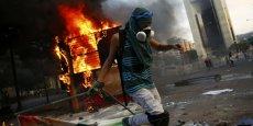 Un manifestant antigouvernement à Caracas, dimanche. / Reuters