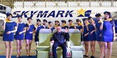 Aux couleurs de la compagnie aérienne, les nouveaux uniformes des hôtesses devraient uniquement être portées dans les A330. (Photo : Skymark Airlines)