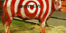 Bansky est un artiste qui sait parfaitement gérer son image, et la faire fructifier. En octobre dernier, son utilisation promotionnelle d'Internet a été exemplaire et a soulevé des questions et réserves applicables à tout le monde de l'art. (Photo: Une vache vivante peinte par l'artiste lors d'une exposition à Londres en juillet 2003.)