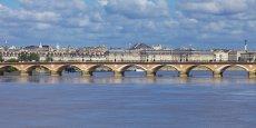Malgré la fermeture du pont de pierre aux automobilistes, Bordeaux a été doublé par d'autres villes cyclables plus ambitieuses.