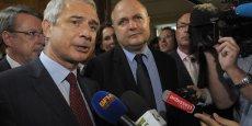 Bruno le Roux (à droite), le président du groupe PS à l'Assemblée Nationale a retiré sa liste en Seine Saint-Denis, faisant ainsi cadeau de 2 conseillers au PC. Un cadeau que Claude Bartolone (à gauche), candidat potentiel à la présidence du Grand Paris, pourrait payer très cher.