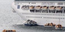 Les salariés de la SNCM avaient empêché dimanche 30 mars l'accostage au port de Marseille d'un bateau de croisière, le Costa Pacifica, avec près 2 700 personnes à bord. ©Terzian
