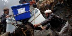 Une urne est transporté à dos d'âne dans la vallée du Panshir
