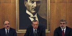 Le Premier ministre turc (au centre)