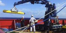 Après chaque plongée, les données récupérées par le sonar de l'appareil, qui a la forme d'une torpille de près de 5 mètres de long, sont collectées à bord de l'Ocean Shield, un navire australien. (Photo : Reuters)