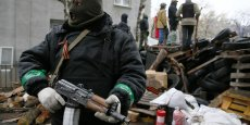 Un séparatiste prorusse armé garde l'entrée du poste de Police à Sloviansk. Reuters