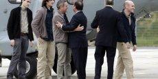 Le 30 octobre dernier, François Hollande accueillait les quatre otages libérés, retenus au Niger.  La France participerait indirectement au financement d'Al-Qaeda, via le versement des rançons.(AFP)