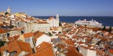 Le quartier-village de l'Alfama est l'un des plus anciens et des plus typiques de Lisbonne, réputé pour ses restaurants et ses bars où l'on chante le traditionnel fado. / DR