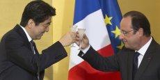 François Hollande et Shinzo Abe ont multiplié les signes de très bonne entente lors de la visite lundi du Premier ministre japonais au chef de l'État. (Photo : Reuters)
