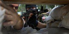 Des séparatistes pro-russes défendent une barricade érigée pour empêcher l'entrée de l'armée ukrainienne dans l'aéroport de Donetsk le 27 mai. Plus de 50 rebelles ont déjà été tués dans l'assaut sans précédent mené par Kiev depuis lundi, au lendemain de l'élection à la présidence de Petro Porochenko. Reuters/Yannis Behrakis