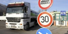 Un poids lourd franchit la frontière entre le Kosovo et l'Albanie. Le Kosovo utilise l'euro depuis 1999.