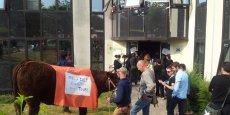 Des membres du collectif Unitaire 69 devant le siège de Visiativ mercredi. Crédit DR