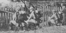 Une section d'infanterie allemande à l'assaut d'un village belge en 1914. L'invasion de la Belgique s'avéra être pour l'armée allemande un défi de taille. / DR