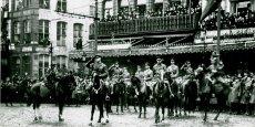 Le commandant du Corps Canadien, le lieutenant-général sir Arthur Currie, et d'autres officiers canadiens passent les troupes en revue sur la Grand-Place, à Mons, le 15 novembre 1918. / DR