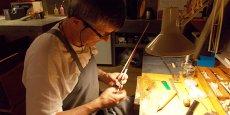 Vincent Tricou en train de travailler sur un archet. Crédits : Yamina Tayeb