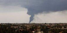 Lundi, un nuage de fumée noire couvrait le ciel de Tripoli au lendemain de la destruction d'une citerne de carburant.  (Photo : Reuters)