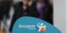 La filiale du groupe Bouygues continue de souffrir de la concurrence exacerbée sur le marché de la téléphonie mobile et a vu son résultat net divisé par deux au premier semestre.