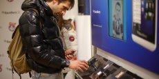 Parmi les dérives soulignées par l'étude Iddri dans l'économie collaborative, l'augmentation de reventes et d'achats de téléphones portables quand de nouveaux produits sont mis sur le marché par les producteurs. (Photo: Reuters)