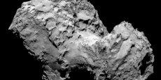 Une vue de la comète Churyumov-Gerasimenko sur laquelle va... atterrir Philae. Une fois arrimé à la surface chahutée de l'objet céleste, le petit atterrisseur entamera  l'analyse du sol de la comète -un défi jamais tenté- au moyens de 10 instruments scientifiques pilotés par les équipes du Cnes basées à Toulouse.