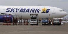 Les plans de développement de lignes internationales de Skymark sont rendus caducs à cause de la résiliation d'un contrat avec Airbus qui  réclame 525 millions d'euros de pénalités contre la compagnie aérienne japonaise.